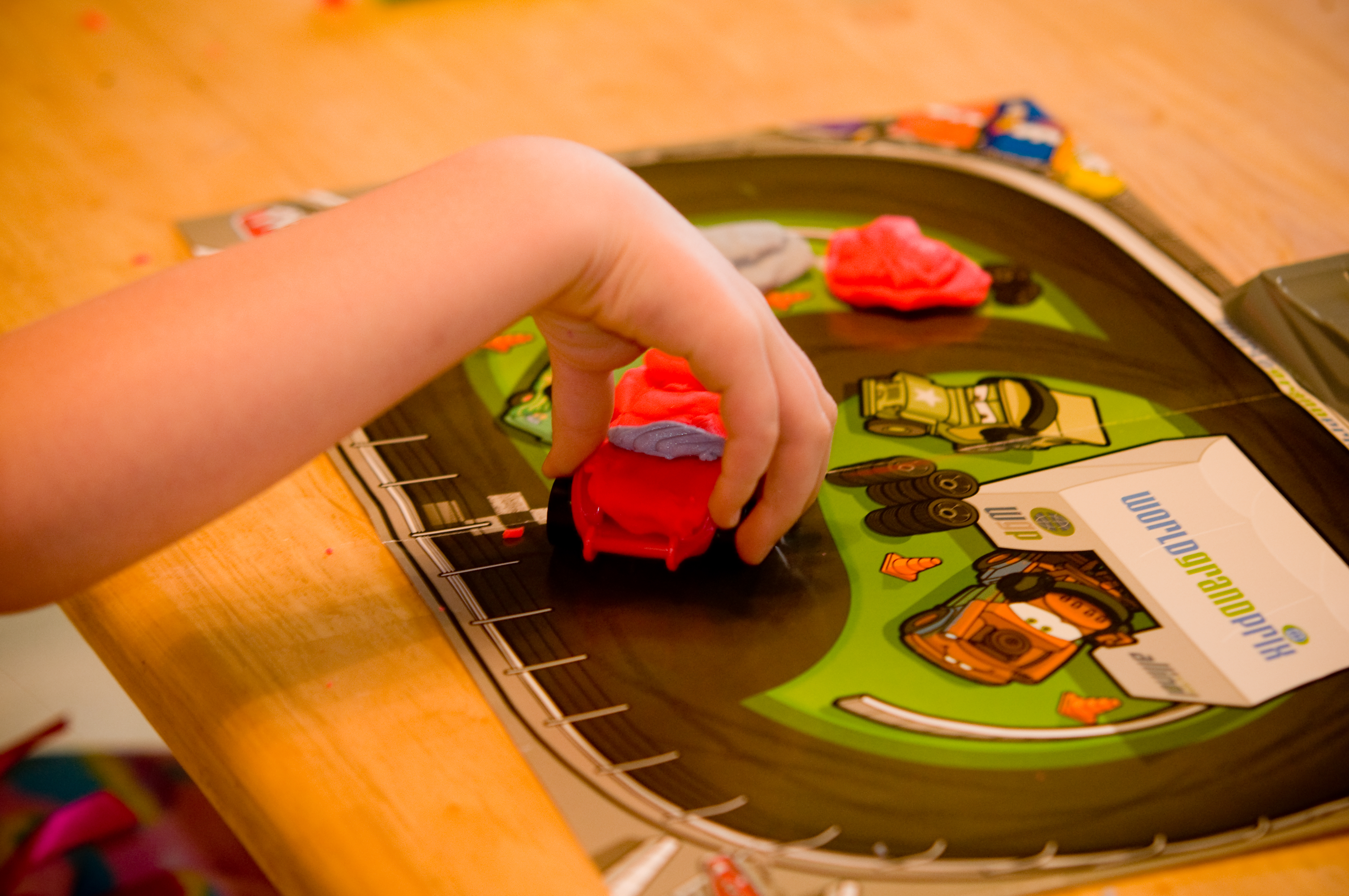 Play-Doh Cars 2 Mold 'N Go Speedway